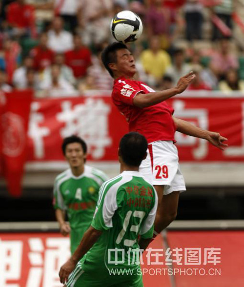 图文:[中超]成都1-1北京 高翔跃起争顶