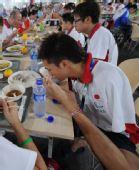图文:北京残奥村正式开村 运动员在餐厅就餐