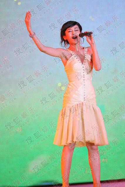 周扬一袭白裙演唱《十六岁的花季》