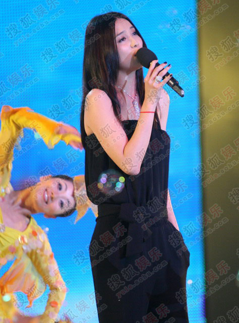 宋佳黑色露肩裙演唱《将爱情进行到底》