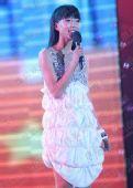 图:王珞丹齐额发银色蛋糕裙演唱《我很好》