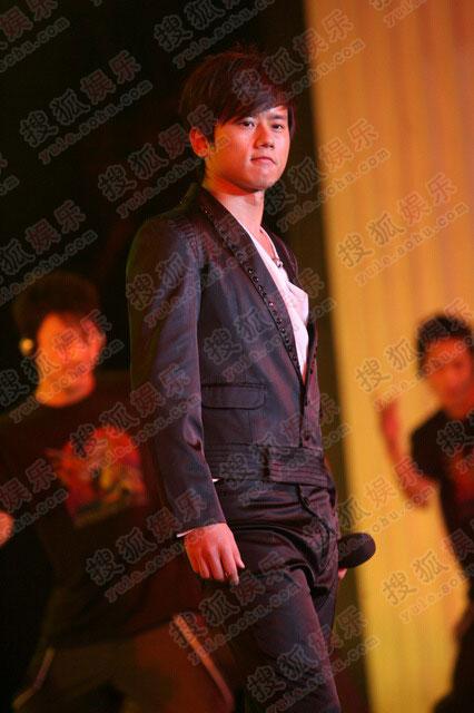张杰身穿黑白配西服帅气亮相演唱歌曲