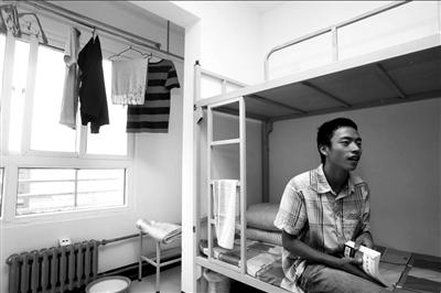 唐奎报到后,在宿舍接受记者采访。本报记者夏永摄