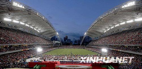 """8月30日,奥运金牌运动员与香港艺人为数万市民献上精彩节目。当日,""""奥运金牌精英大汇演""""在香港大球场举行。 新华社记者周磊摄"""