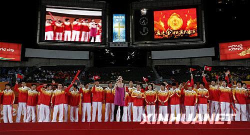 """8月30日,香港艺人杨千嬅与奥运金牌运动员同台献艺。当日,""""奥运金牌精英大汇演""""在香港大球场举行。 新华社记者周磊摄"""