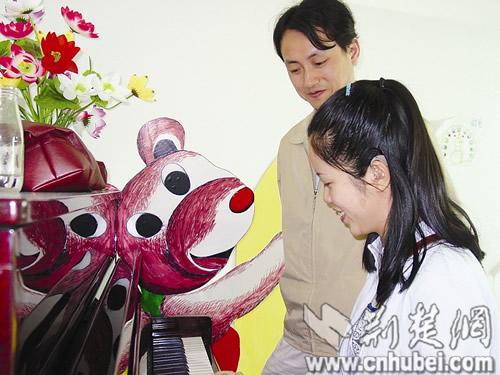 图为:郑璇在教孩子跳舞
