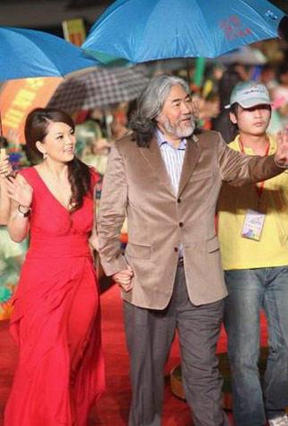张纪忠、李湘牵手走红毯