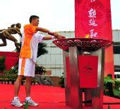 图文:长沙最后一棒火炬手谭跃华点燃圣火盆