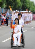 图文:北京残奥会圣火在长沙传递 火炬手梁琼