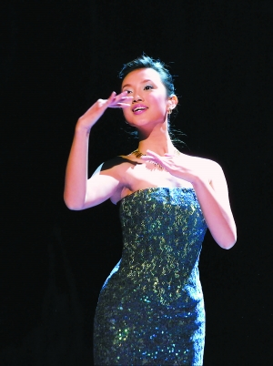 2005年12月1日,由中国残疾人艺术团推出的大型音乐舞蹈《我的梦》在北京人民大会堂演出。这是中国残疾人艺术团演员姜馨田正在演出手语诗《我的梦》。  新华社记者 何俊昌摄