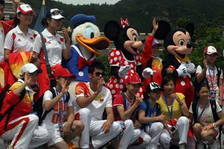 奥运金牌代表团到香港迪士尼乐园游览