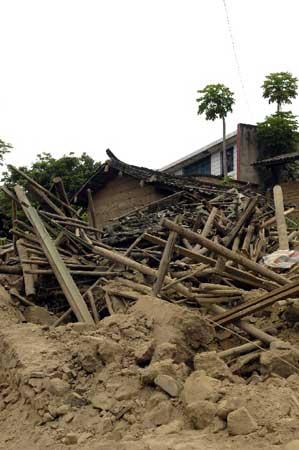 攀枝花市仁和区大龙潭彝族乡拉鲊村因地震倒塌的房屋废墟