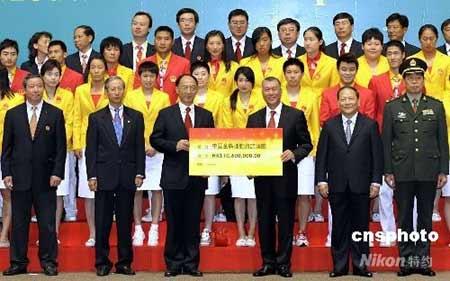 八月三十一日傍晚,北京奥运内地金牌运动员代表团一行九十三人抵达澳门,开始为期三天的访问。图为澳门特区行政长官何厚铧向代表团颁发奖金。中新社发澳门新闻局 摄