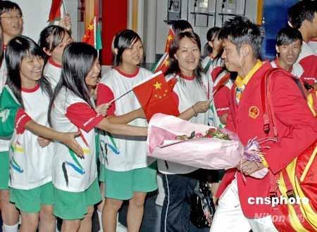 八月三十一日傍晚,北京奥运内地金牌运动员代表团一行九十三人抵达澳门,开始为期三天的访问。图为运动员抵达澳门时受到热烈欢迎。中新社发澳门新闻局 摄