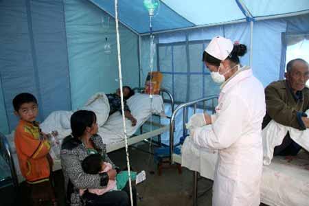 8月31日,在黎溪镇会南人民医院旁新建的临时帐篷医院病房里,灾区伤员得到救治。