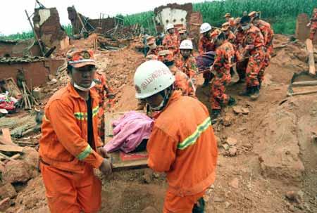 8月31日上午,凉山消防官兵在会理县黎溪镇新桥村转移遇难群众遗体。