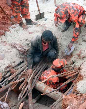 8月31日,消防官兵在会理县黎溪镇废墟中搜寻被埋压的群众。