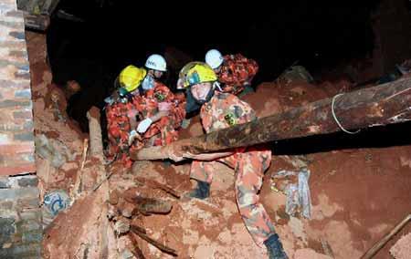 8月31日凌晨,消防官兵在会理县黎溪镇新桥村废墟中搜救被埋群众。