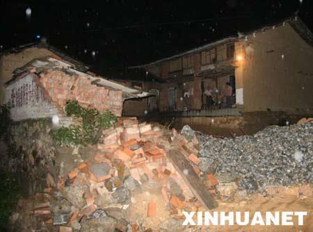 8月31日凌晨拍摄的攀枝花仁和区大田镇被地震毁坏的一户人家的围墙。新华社记者陈海宁摄