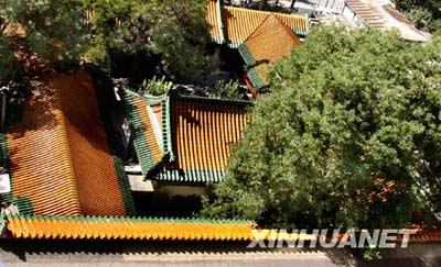 北京宣武门附近一处琉璃瓦屋顶在阳光照射下色彩明艳(8月31日摄)。8月31日,北京秋高气爽。 新华社记者 张燕辉 摄