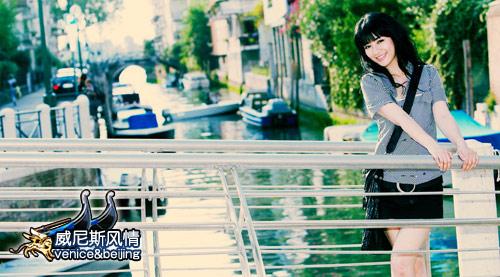 黄奕浅笑着轻抚栏杆,宛如一个水乡姑娘。