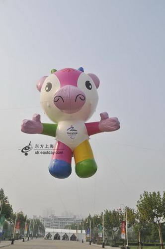 可爱的吉祥物气球飘浮在空中