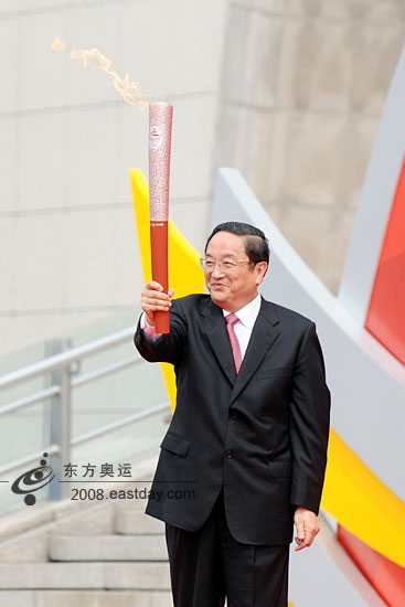 北京时间9月1日,北京残奥会火炬在上海传递。图为中共中央政治局委员、上海市委书记俞正声手执上海市传递活动第一支火炬。