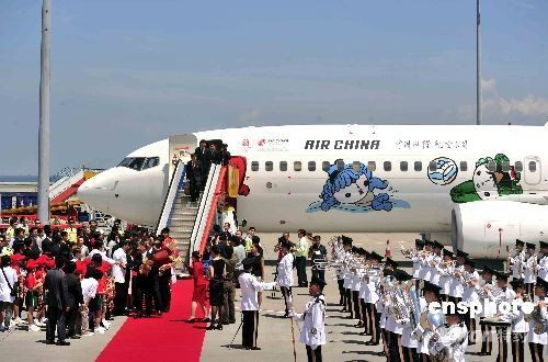 代表团飞抵香港