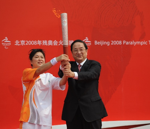 9月1日,第一棒火炬手赵继红(左)在起跑仪式上从上海市委书记俞正声手中接过火炬。当日,北京残奥会圣火在上海进行传递。新华社记者杨光摄