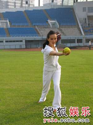 王艳拍摄奥运宣传片在垒球场