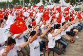 图文:残奥会圣火在上海传递 群众加油助威
