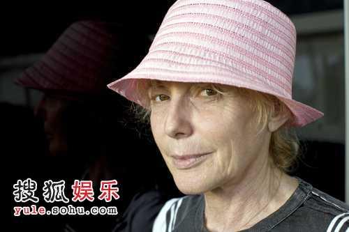 导演克莱尔·丹尼斯带上鲜嫩的小粉帽
