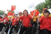 图文:残奥会圣火在上海传递 市民加油助威