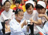 图文:四川映秀镇的小姑娘李雯茜观看传递图片