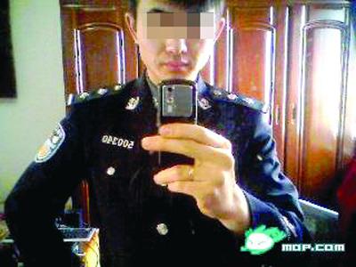 穿警服自拍的照片
