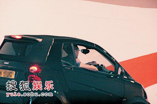 准新郎的车停在陈慧琳的车库内