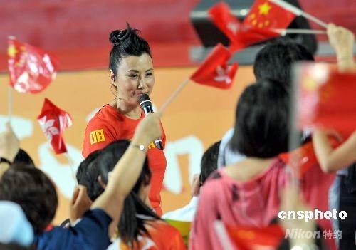 """八月三十日,金牌运动员代表团在香港出席活动。汪明荃献唱""""勇敢的中国人""""为活动助兴"""