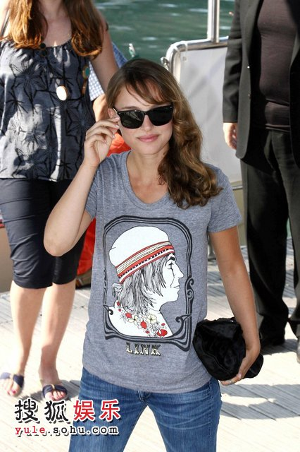穿头像T恤的她,笑容迷人尽显时尚活力。