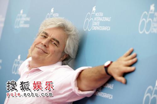导演马里欧振臂紧贴背景板,很是陶醉的样子,令人摸不着头脑。