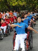 图文:残奥会圣火在南京传递 起跑仪式上的表演