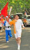 图文:北京残奥会圣火在南京传递 火炬手陈光标