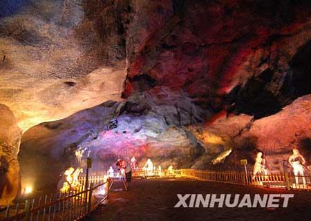 一名摄影爱好者在大源盘地的仙人洞拍摄(8月30日摄)。