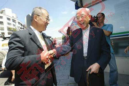 """2008年7月15日,王建煊(左)拜访前任""""监察院长""""王作荣,王作荣亲自到住家楼下迎接王建煊。 侯世骏 摄"""