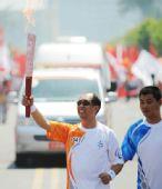 图文:北京残奥会圣火在青岛传递 火炬手丁原驰