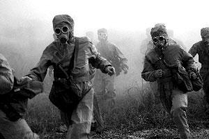 防化演习中,官兵快速通过有毒地带[资料图片]