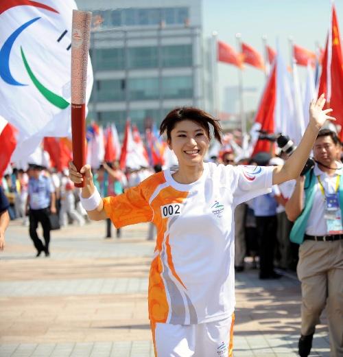 9月2日,火炬手尚雯婕手持火炬传递。当日,北京残奥会圣火在青岛进行传递。新华社记者徐亮摄