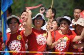图文:北京残奥会圣火在青岛传递 群众沿途