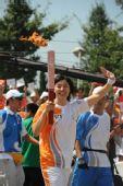 图文:北京残奥会圣火在青岛传递 火炬手周雅菲