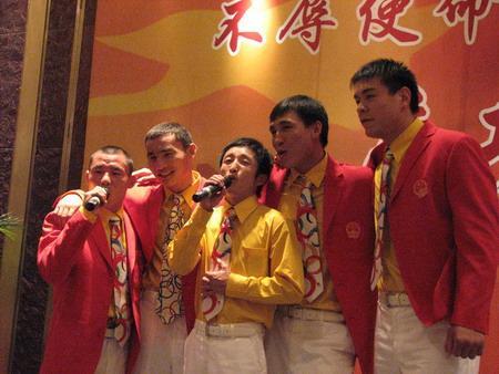 邹市明(中)与中国拳击队在庆功宴上高歌