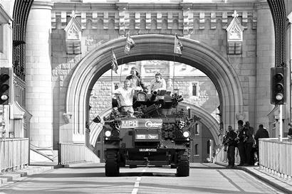 3名主持人乘坐坦克驶过伦敦著名地标塔桥
